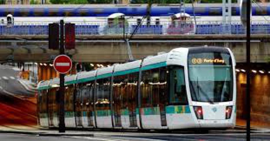 LE DÉVELOPPEMENT DES TRANSPORTS EN COMMUN